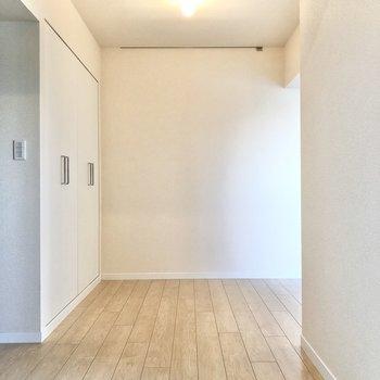 キッチンを背に。奥の壁にもピクチャーレールがありますね。