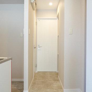 キッチン横からその他の水回りへ。正面が脱衣所で、左手にはトイレ。
