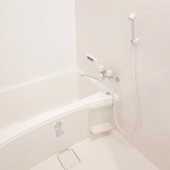 真っ白で気持ち良い、追い焚き付きのお風呂です。