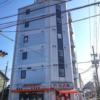 1階に味噌ラーメン屋さんのある交差点角のマンションです。