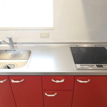 2口IHコンロに広いシンクと調理スペース。コンセント付きで家電も設置可能。