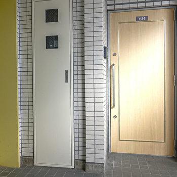 エレベーターを出て左手がお部屋です。