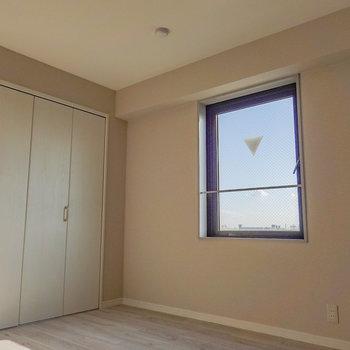 この眺めが良いなと思って撮りました。お部屋の中から青空が見える幸せ。