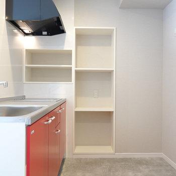 スペースが広く、奥の壁には収納棚もたくさん備え付けられたキッチン。