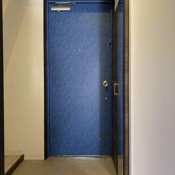 玄関は傘立ても置ける広さ!