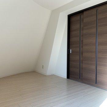 3枚扉で仕切れば寝食をわけられますね。