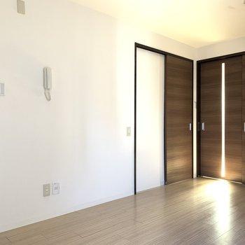 左サニタリールーム、右キッチンのドアになっています。
