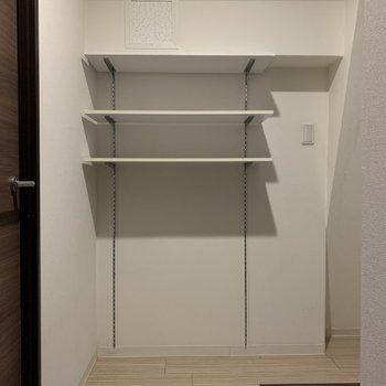 シューズボックスとは別に収納棚があるので、高さを変えてカスタマイズ!