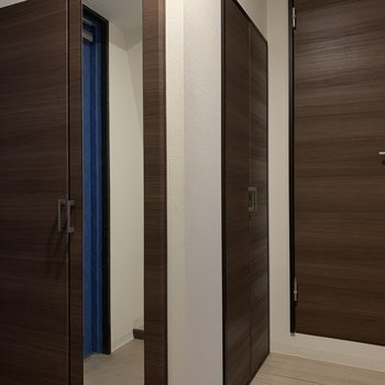 シューズボックスは鏡つき♪ 温水給湯器とトイレが玄関に。