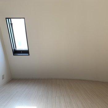 【洋室7帖】天井の斜頸が屋根裏部屋の雰囲気に♪