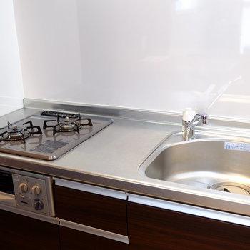 キッチンはグリル付き(※写真は8階の同間取り別部屋のものです)