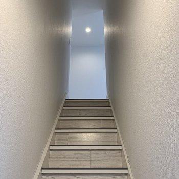 照明付きで明るい階段