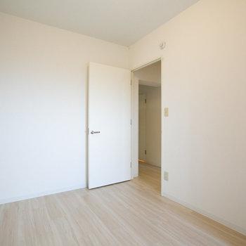 このお部屋にはクローゼットはついていません。みんなの荷物を集めて丸ごとウォークインクローゼットみたいに使ってもいいかもしれないですね。