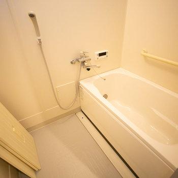 お風呂、浴槽が大きく新しいタイプになっています。