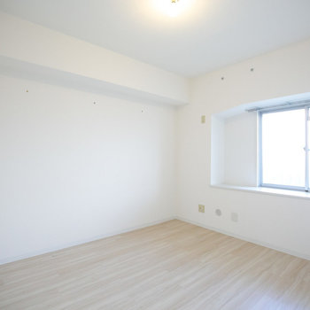 玄関のすぐお隣にある5.3畳の洋室です。