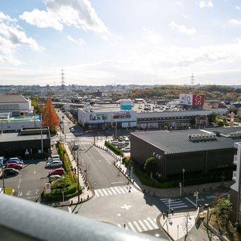 高台にたつ団地で、他に高い建物がないので眺望、抜けています。スタバや本屋さん、スーパーなどがある商業エリアがすぐ目の前ですね。
