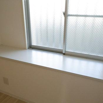 窓がちょっと出窓のようになってます。
