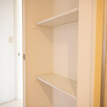 脱衣所にも、タオルを置いたりするのに便利そうな棚がありましたよ。