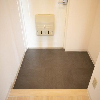 玄関はこちら。シューズクローゼットはお好きなものを用意するか、廊下の収納を利用してくださいね。