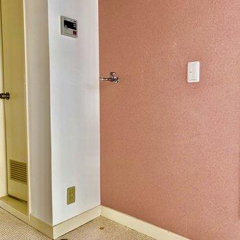室内洗濯機置き場があります。 こちらもクロスがよいかんじ。