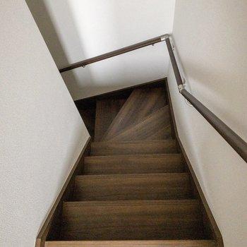 階段もチョコレート色です。※写真は2階の反転間取り別部屋のものです
