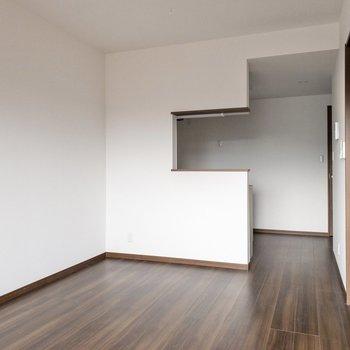 【LDK】キッチンにも光が入る優しさ設計。※写真は2階の反転間取り別部屋のものです