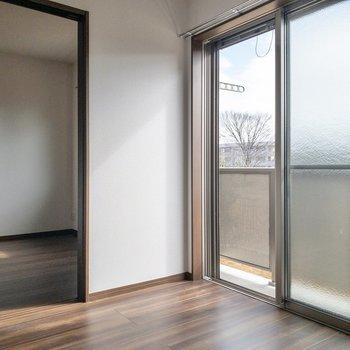 【LDK】仕切りを開けると開放感があります※写真は2階の反転間取り別部屋のものです