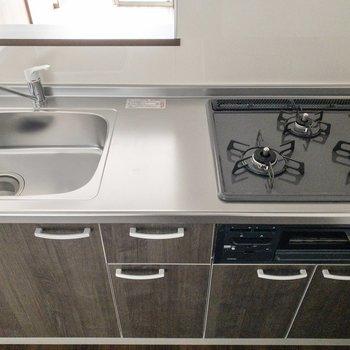 【LDK】調理スペースもしっかり。※写真は2階の反転間取り別部屋のものです