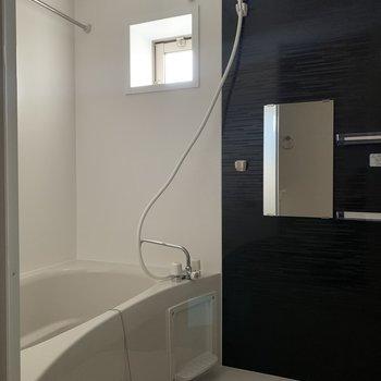 お風呂には小窓付き。浴室乾燥機も。※写真は2階の反転間取り別部屋のものです