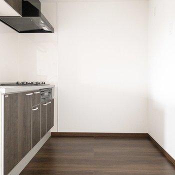 【LDK】右側には冷蔵庫だけでなくラックも置けそうです。※写真は2階の反転間取り別部屋のものです