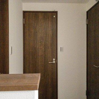 階段から左を向くとこのような景色。右からトイレ、サニタリー、LDKに続く扉です。※写真は2階の反転間取り別部屋のものです