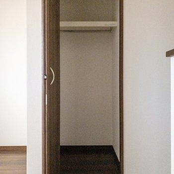 収納はもう1つ。階段を上がった横に。※写真は2階の反転間取り別部屋のものです