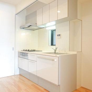 なんと、真っ白で気持ち良いキッチンが右側の可動戸の中に隠れていました!