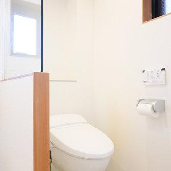 その右にはガラス張りのトイレ。ウォシュレットもしっかりついてます。