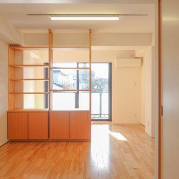 正面に見える棚の手前がLD。広さは8.9帖とテーブルがしっかり置ける広さ。