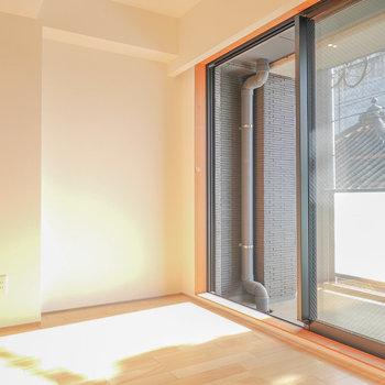 棚と窓の間はベッドルームに。南向きの窓から明かりがたっぷり入ってきます。