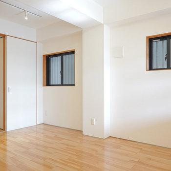 2面採光の窓は光はそれほど入ってきませんが、空間にゆとりを感じさせてくれます。