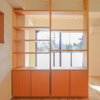 器や植物、インテリア小物やカメラなど、飾るように収納できそうな棚です。