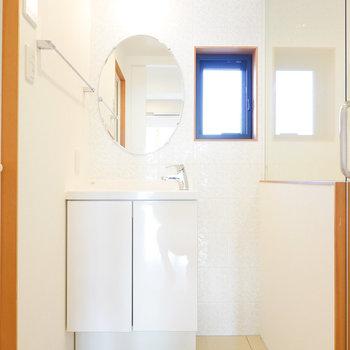 脱衣所正面にはホテルライクな洗面台!
