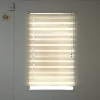 キッチン前の三角出窓はブラインド付き、光の調節ができますね