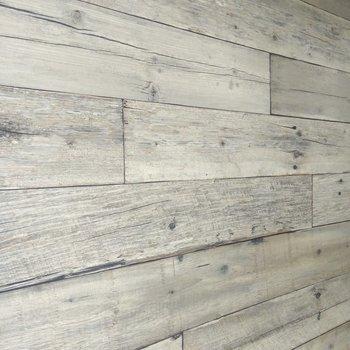 玄関通路の壁は木目調のアクセントクロス。デザイン性が高い!
