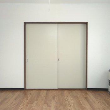 リビングは洋室との仕切りを閉めても約10帖なので広さを感じます