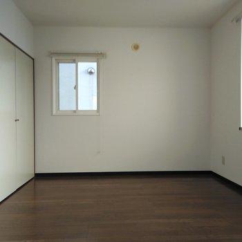 5.8帖の洋室は窓が2個あり、大きい方の出窓はリビングと同じ北西側になります