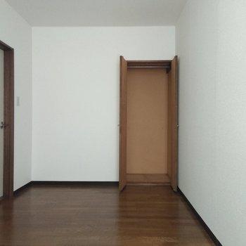 5.2帖の洋室にもクローゼット(小さめ)があります♪