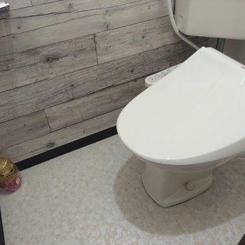 おトイレは木目調アクセントクロス◎ウォッシュレット付き