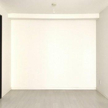 【洋室】シンプルな色調なのでどんな寝具でも馴染みますね。