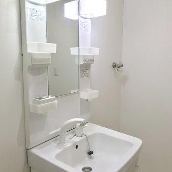 洗面台は収納ポケットもあって使いやすいです。手前の空いたところに棚を。