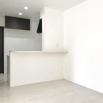 【LDK】こちらはキッチン前の空間。