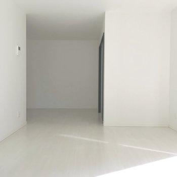 【LDK】キッチンと距離的・形状的にもきっちり分けられたリビング。