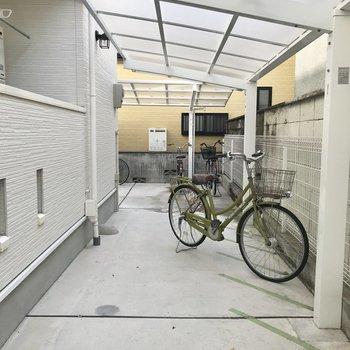 【共用部】駐輪場は屋根つきで雨の心配はありません。